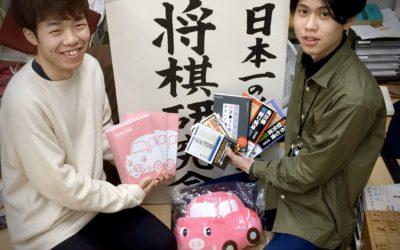 立命館大学将棋研究会様へブーブーパークノート、ぬいぐるみ、研究会備品を寄贈させていただきました。